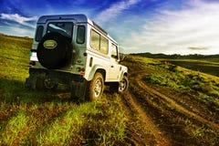 Jeepverteidiger im Land Lizenzfreie Stockfotografie