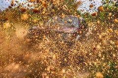 Jeepverzameling in de modder stock afbeeldingen