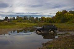 Jeepwrangler som är obegränsad, SUV, svart, av vägen, bil, landskap, natur, höst, Ryssland, Ford, flod, vatten, fält, äng, skog, Arkivfoton