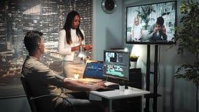 Jefe afroamericano femenino que habla con el colorist sobre el espectro de la imagen en vídeo almacen de metraje de vídeo
