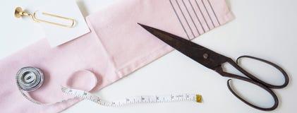 Jefe, bandera para el diseño del sitio Costura, hecha a mano Tijeras, cinta del centímetro, formato horizontal, espacio para el t Fotografía de archivo libre de regalías