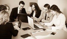 Jefe con los funcionarios profesionales que discuten preparando el contrato imágenes de archivo libres de regalías