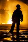 Jefe de bomberos que evalúa un fuego que rabia fotografía de archivo libre de regalías