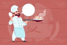Jefe de Holding Frying Pan With Eggs Smiling Cartoon del cocinero del cocinero en el uniforme blanco del restaurante sobre fondo  ilustración del vector