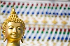 Jefe de la estatua de buddha con el fondo del vidrio del color Fotos de archivo libres de regalías
