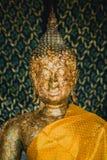 Jefe de la vieja imagen de oro de Buda en el templo de Tailandia Imagen de archivo libre de regalías