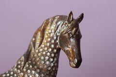 Jefe de un ornamento decorativo decorativo del caballo en casa - contra la perspectiva de una pared púrpura en la casa imagenes de archivo