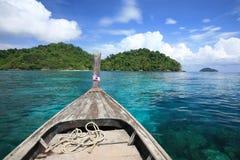 jefe del barco de madera en el mar azul transparente imágenes de archivo libres de regalías