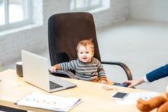 Jefe del bebé en la oficina fotos de archivo libres de regalías