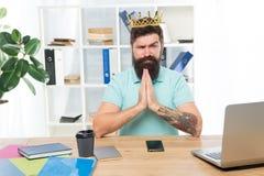 Jefe del departamento Empresario barbudo del hombre de negocios del encargado del hombre llevar la corona de oro Oficina central  imágenes de archivo libres de regalías