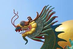 Jefe del dragón en el cielo azul Fotos de archivo