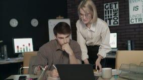 Jefe del negocio de la mujer que critica el trabajo joven del especialista en oficina oscura Ma?n trabajo almacen de metraje de vídeo