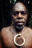 jefe del pueblo con joyería grande del colmillo del cerdo y el ojo de color rojo oscuro foto de archivo libre de regalías