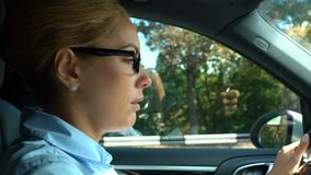 Jefe descontentado de la señora que conduce el coche, trastorno con problemas de la conversación telefónica en el trabajo almacen de metraje de vídeo