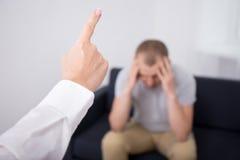 Jefe enojado que enciende al mún trabajador en oficina Imagen de archivo