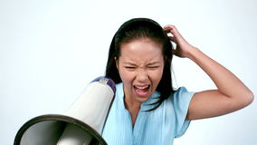 Jefe enojado que grita a través del megáfono almacen de metraje de vídeo