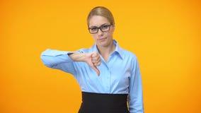 Jefe femenino decepcionado que muestra los pulgares abajo, fracaso del proyecto, gesto del error metrajes
