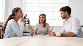 Jefe femenino furioso enojado que rega?a a los empleados para el m?n trabajo imagenes de archivo