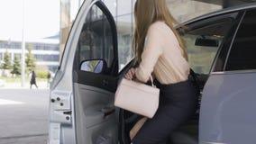 Jefe hermoso de la señora que consigue en el coche cerca del centro de negocios, transporte almacen de video