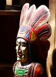 Jefe indio americano que talla en la luz del sol Fotos de archivo