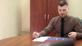 Jefe joven que habla con un empleado de sexo femenino metrajes
