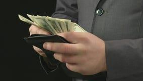 Jefe masculino que sale el dinero de su cartera, contando y poniendo detrás Hombre rico almacen de metraje de vídeo