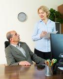 Jefe que habla con la secretaria fotografía de archivo libre de regalías