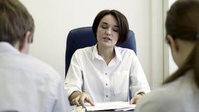 Jefe serio de la mujer que regaña a los empleados para el mún resultado de negocio Jefe furioso que regaña a internos frustrados  almacen de video