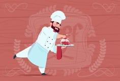 Jefe sonriente de la historieta de Holding Dessert Dish del cocinero del cocinero en el uniforme blanco del restaurante sobre fon ilustración del vector