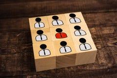 jefe y estatuillas subordinadas de la abstracci?n en los cubos de madera fotos de archivo