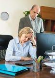 Jefe y secretaria enojados en oficina foto de archivo libre de regalías