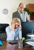 Jefe y secretaria enojados en oficina imagen de archivo libre de regalías