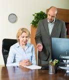 Jefe y secretaria enojados en oficina fotos de archivo