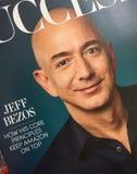 Jeff Bezos sur la couverture de magazine de succès photos stock