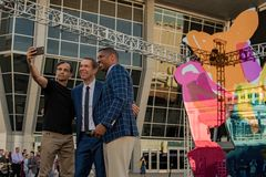 Jeff Koons Kevin Johnson y Vivek Ranadive Selfie 2 Foto de archivo