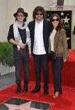 Jeff Lynne u. Dhani Harrison u. Olivia Harrison stockfoto
