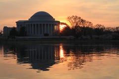 Jefferson Memorial de enfrente del lavabo de marea en la salida del sol Fotografía de archivo