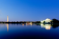 Jefferson Memorial e Washington Monument al crepuscolo durante il bl Immagini Stock Libere da Diritti
