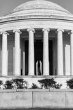Jefferson Memorial med Thomas Jefferson i sikt i svart och wh Arkivfoton
