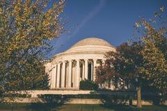 Jefferson Monument i Washington DC i nedgången arkivbild