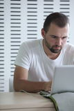jego laptopu męskiego ucznia działanie Zdjęcie Stock