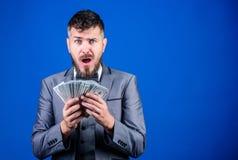 Jego pierwszy pensja Waluta makler z plikiem pieniądze Brodaty mężczyzny mienia gotówki pieniądze Bogaty biznesmen z my dolary obrazy royalty free