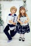 Jego siostra otrzymywający prezenty i brat Zdjęcia Royalty Free