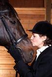 jej końska całowania seniora kobieta Obrazy Stock
