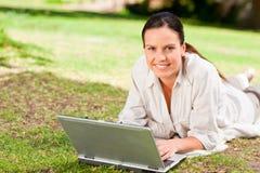 jej laptopu kobiety działanie Zdjęcie Stock