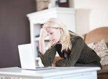 jej laptopu kobiety działanie Zdjęcie Royalty Free