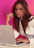 jej laptopu kobiety działanie Obraz Royalty Free