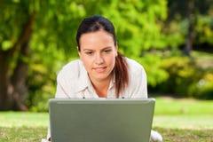 jej laptopu kobiety pracujący potomstwa Fotografia Royalty Free