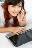 jej laptopu telefonu kobieta fotografia stock