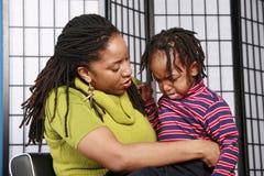 jej matka pocieszyć syna. Fotografia Stock
